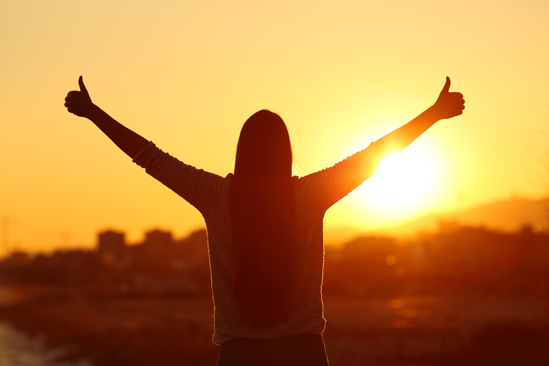 <p><strong>5. Да бъдеш щастлив изисква работа</strong></p>  <p>Най-щастливите хора са тези, които работят най-много върху себе си. Да бъдеш щастлив е въпрос на много работа. Също въпрос на много работа - ако не и повече &ndash; е да бъдете нещастни. Затова изберете разумно. Да бъдеш щастлив означава, че в един момент си решил да поемеш контрол над живота си. Това означава, че си решил да не си жертва и да върнеш енергията обратно в себе си. Твоят живот е серия от развития и личностно израстване. Едно от най-лошите неща, които можете да направите, е да сравнявате себе си с други хора. Лесно е да се увлечем от завистта и да искаме това, което имат другите хора, особено с начина, по който общуваме в социалните медии. Трябва да запомните, че хората са склонни да показват само най-добрата част от живота си в тези платформи.</p>
