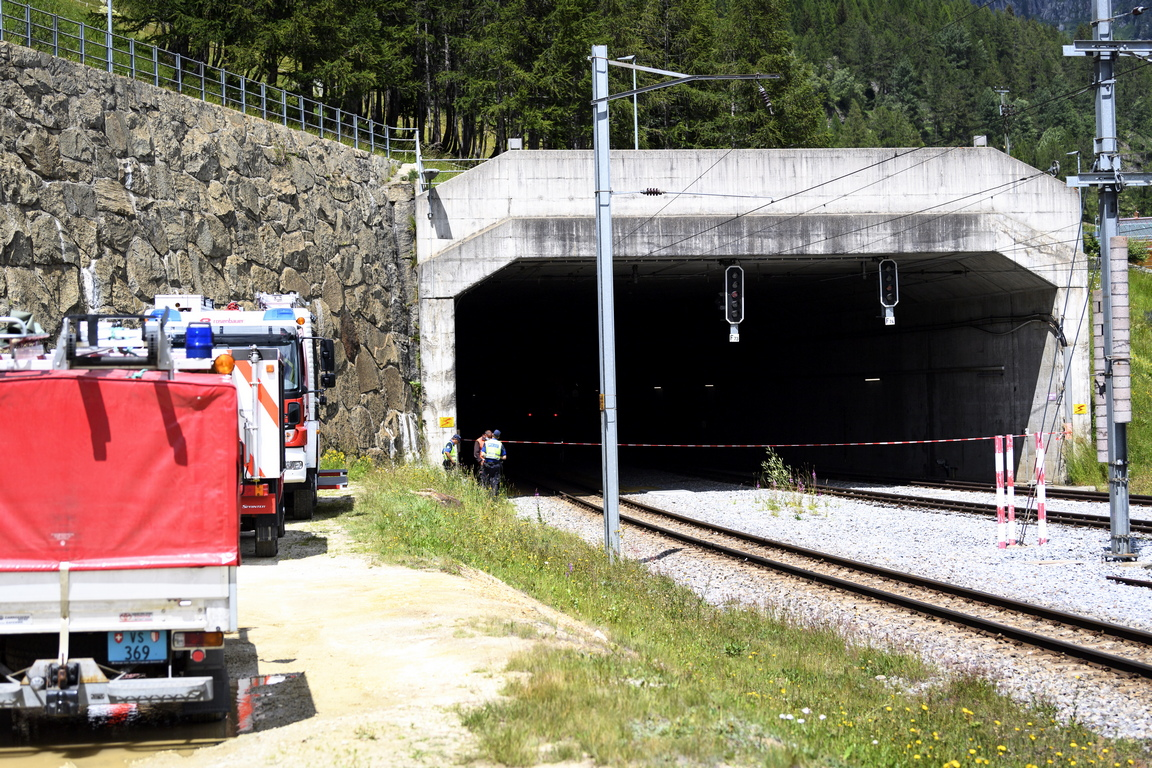 <p>Входа на тунела &bdquo;Стефан-Холцер&ldquo;, където се сблъскаха два влака на Матерхорн Готхард Бан, в Обервалд, Швейцария.</p>