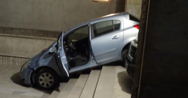 България Кола на стълбите на поликлиника в Благоевград Куриозният инцидент