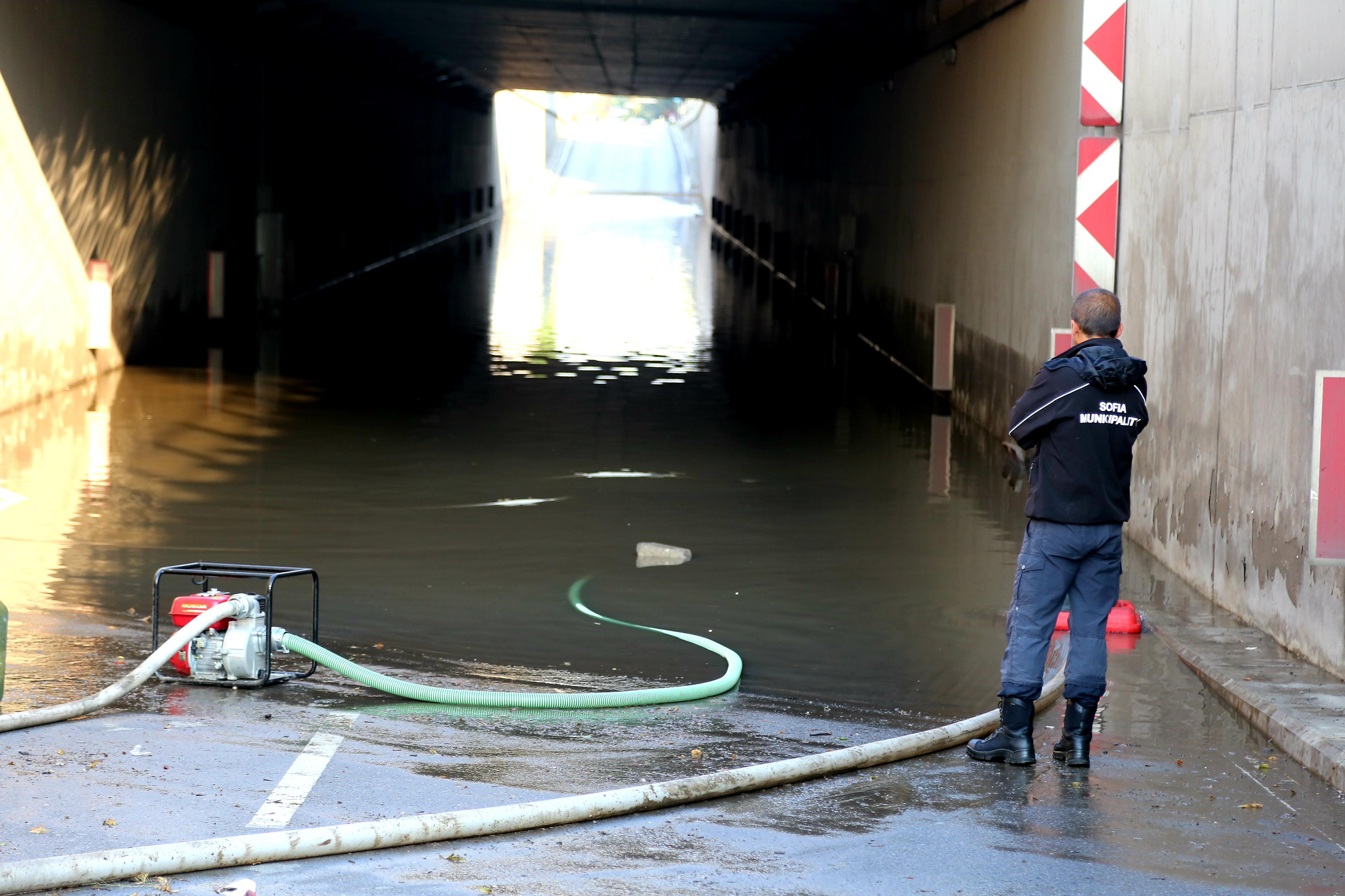 """Подлезът на """"Лъвов мост"""" е затворен тази сутрин заради щетите от снощната буря"""
