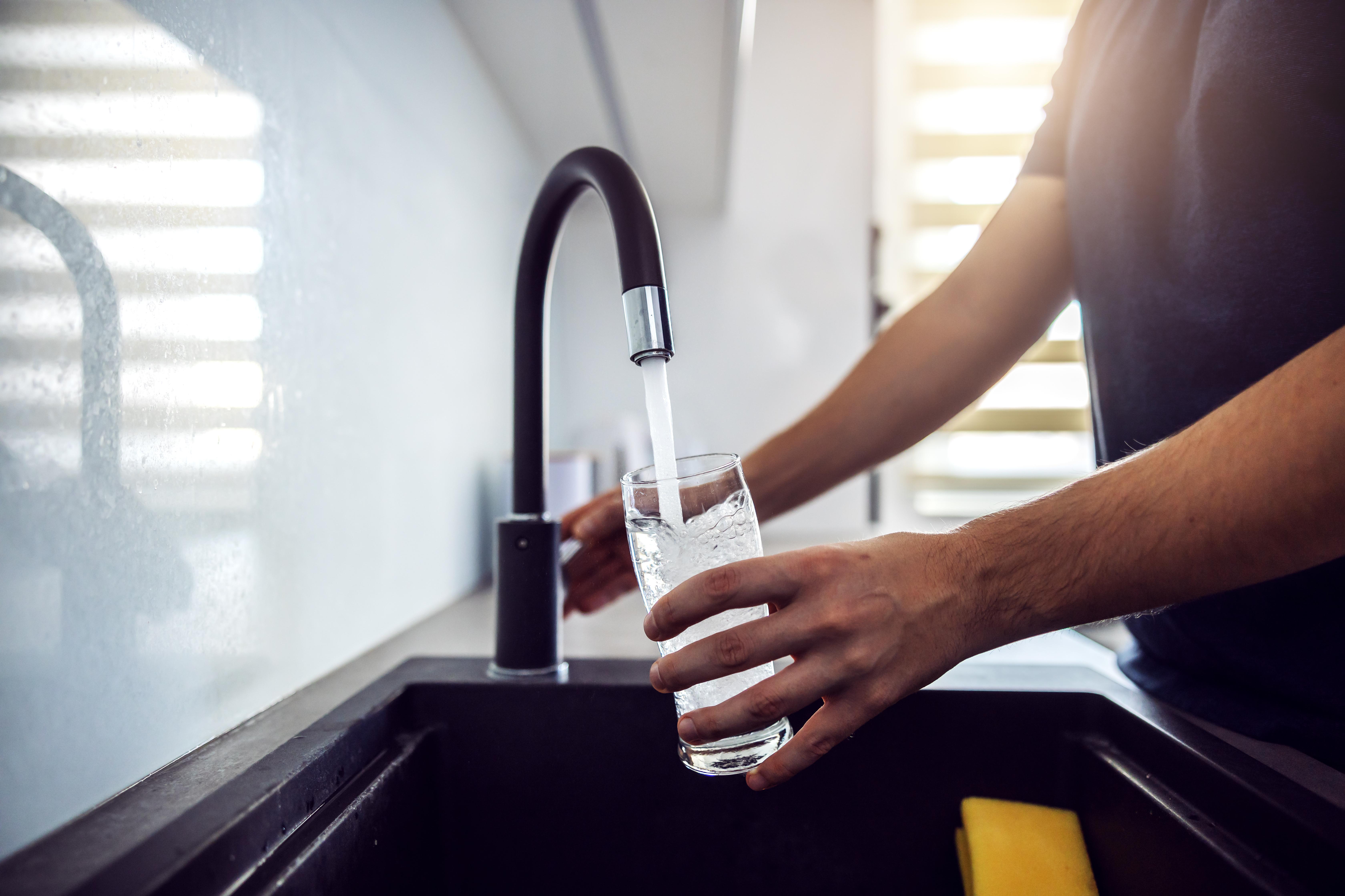 <p><strong>7. Преди всяко хранене пийте чаша вода</strong></p>  <p>Дехидратацията може да ви заблуди, че изпитвате глад. Консумацията на вода или билков чай със сигурност ще ви помогнат за по-лесното спазване на диетата. За щастие водата е единственото нещо, което можете да консумирате без никакви ограничения и да не се притеснявате от приетите калории.</p>