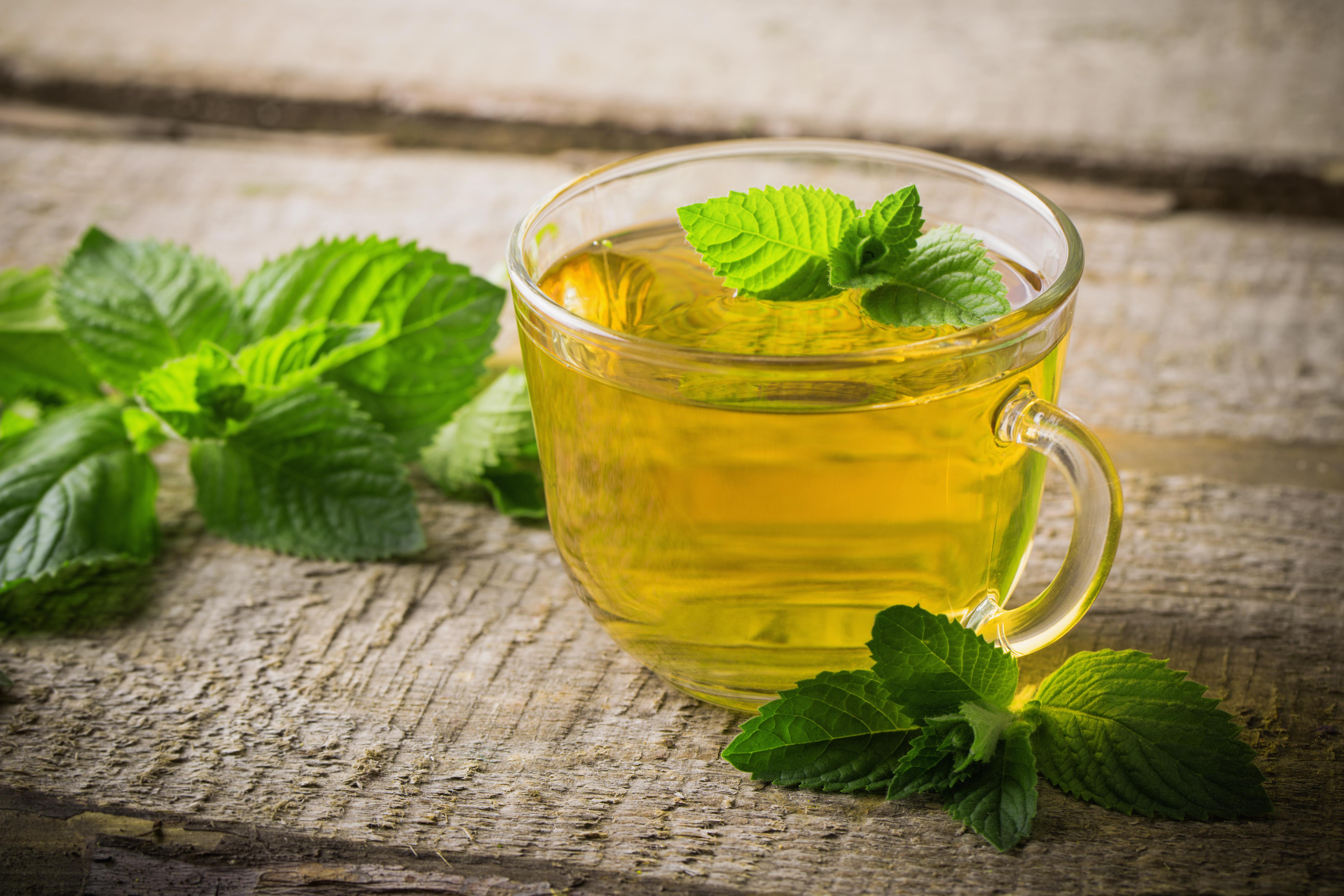 <p><strong>3. Използвайте мента</strong></p>  <p>Ароматът и вкусът на ментата могат да насърчат загубата на тегло като борят всякакви хранителни желания. Консумацията на ментов чай е доста лесен и удобен вариант.</p>