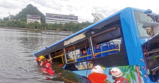 Свят Автобус падна в езеро в Китай, 21 души са