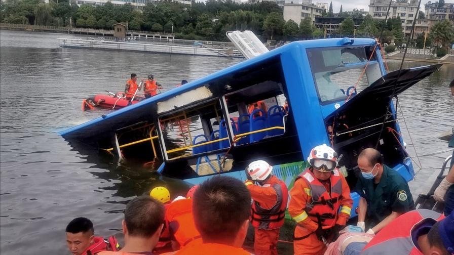 Aвтобус падна в езеро в Китай, има жертви и...
