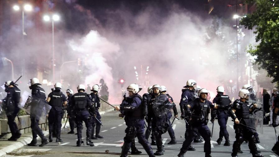 <p>Безредици в Белград, демонстранти нахлуха в парламента</p>