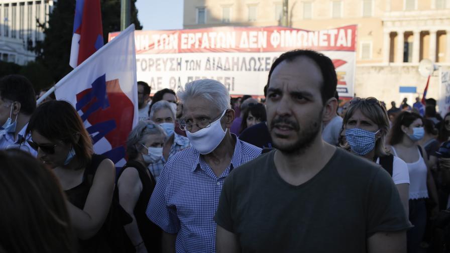 Хиляди гърци на протест срещу нов закон за...