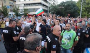 Два протеста на метри един от друг, сблъсъци, арестувани - България | Vesti.bg