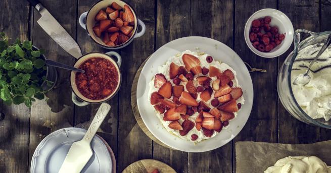 Любопитно Лятно изкушение: Торта Павлова с червени плодове Вижте как