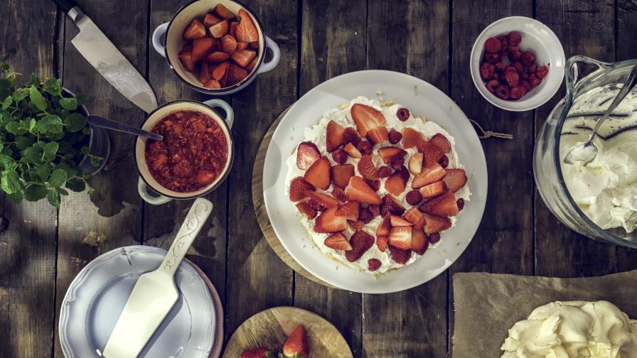 Лятно изкушение: Торта Павлова с червени плодове
