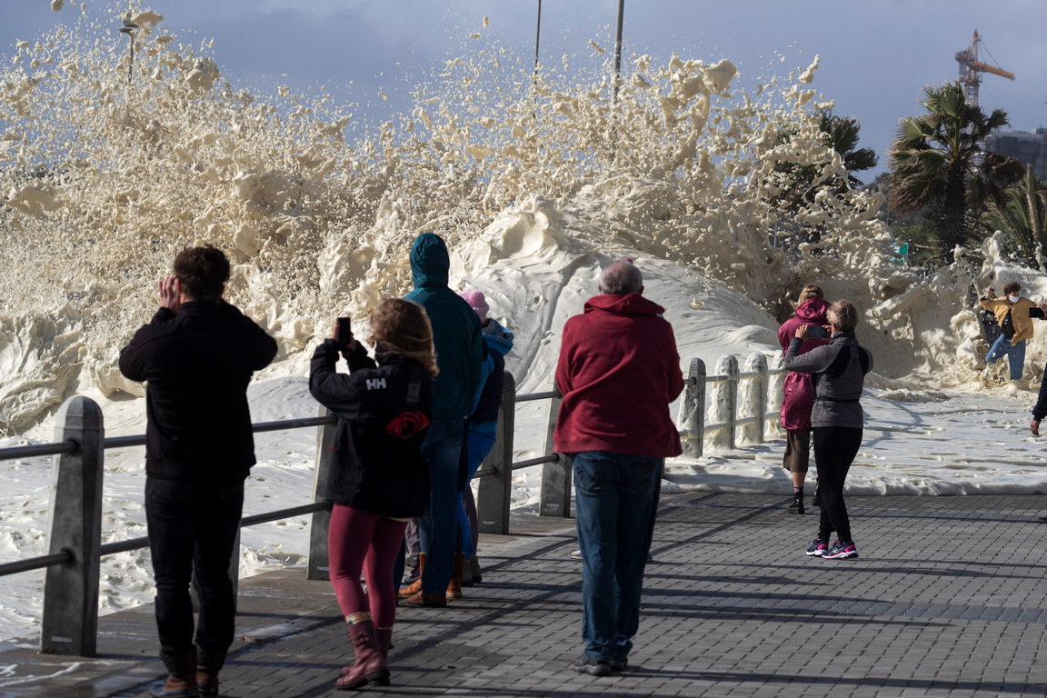 <p>Вълна залива крайбрежната алея Сеапоинт по време на буря в Кейптаун, Южна Африка</p>