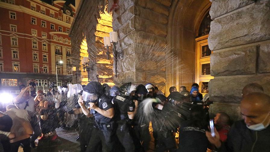 Протестът в центъра на София ескалира