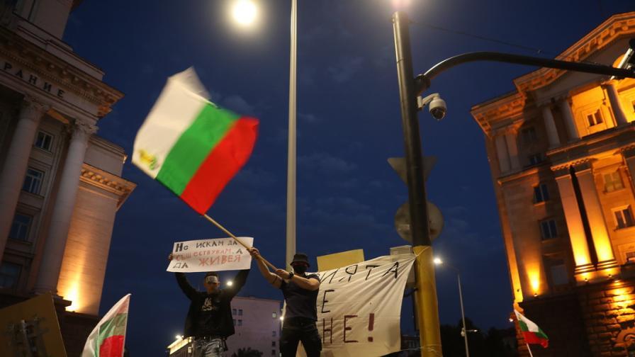 <p>Захвърленото знаме от &bdquo;Росенец&rdquo; пътува към протеста в София</p>