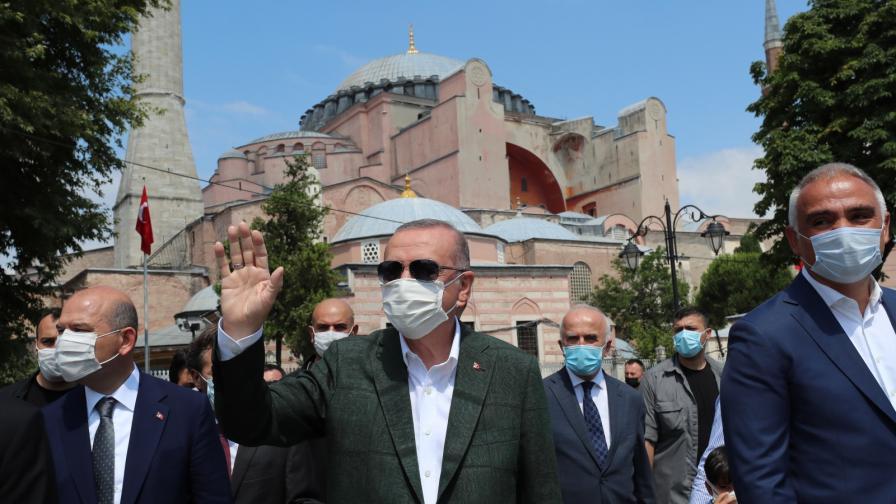 <p>Ердоган в &quot;Света София&quot;, публикува снимки</p>