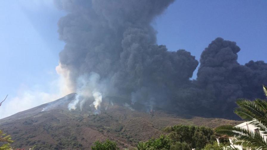 Вулканът Стромболи в Италия изригна мощно