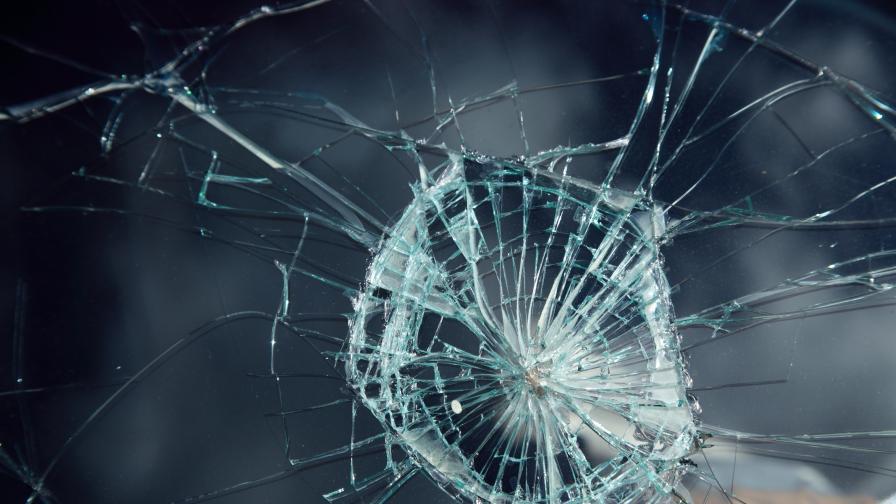 Неизвестни разбиха стъклото на приемната на ГЕРБ в Благоевград