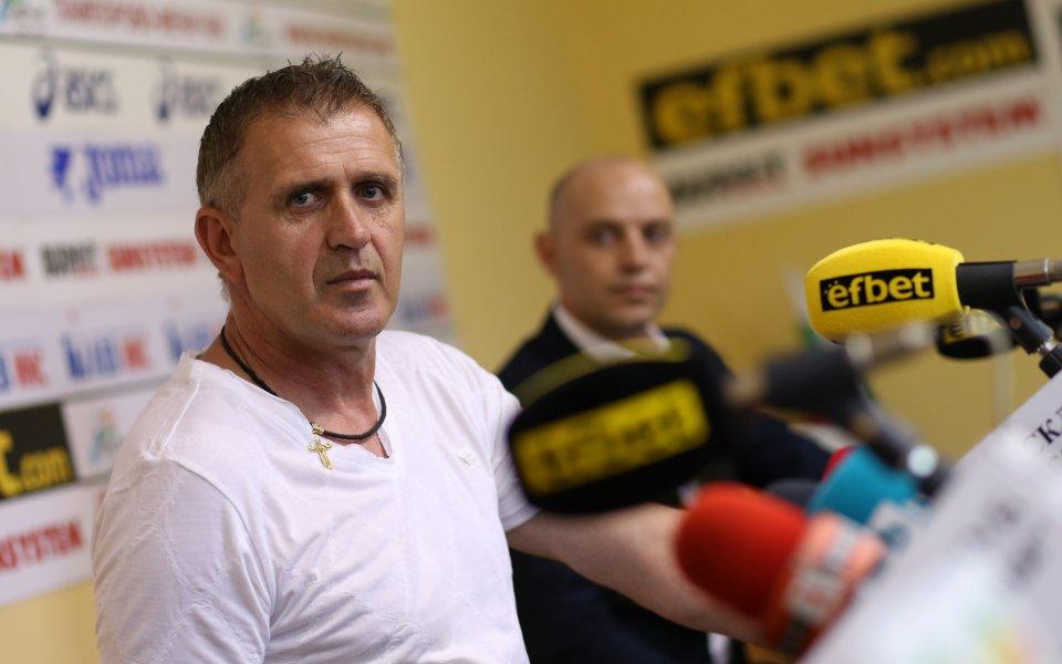 Наставникът на Локомотив Пловдив Бруно Акрапович вече се е заел