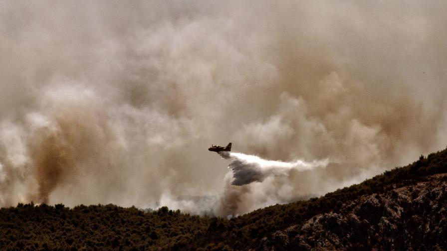 Пожарите в Гърция: Кмет призова за извънредно положение