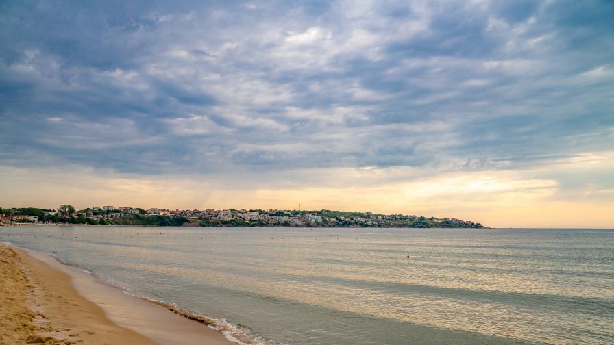 Своеволията продължават, мъж паркира на плажа в Шкорпиловци