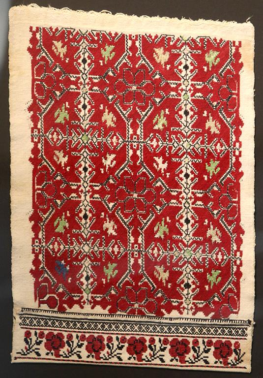 <p>Възможно е ръкавът да е бродиран в село Гниляне. Везан е с памучни конци около 1917 година. Смесата е плътна и се разпознават розети, листа, птици и стъбла, вградени в ромбове. Черните квадратчета са като нанизани маниста. Бордюрът е черни триъгълници, а подладжицата е венец от рози.</p>