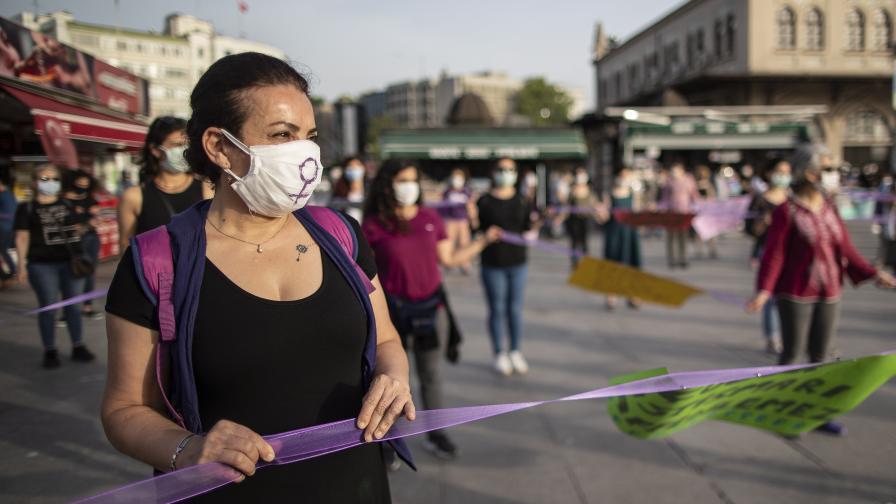 Снимката е от протест срещу насилието над жени и деца в Истанбул