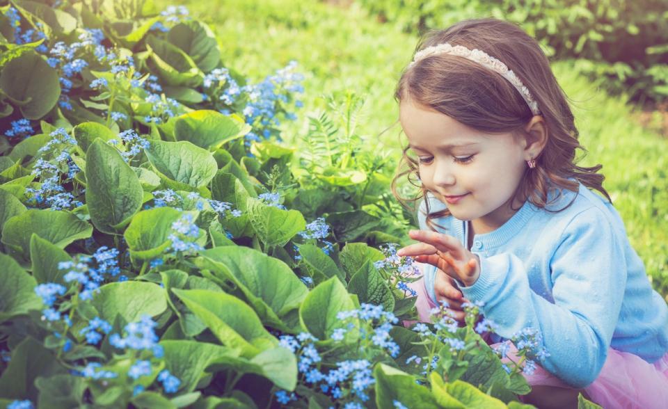 момиче дете цветя