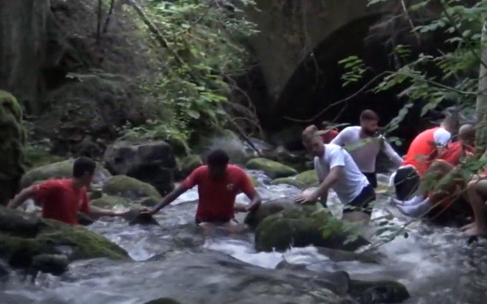 Играчите на Локо Пд възстановяват в река (видео)