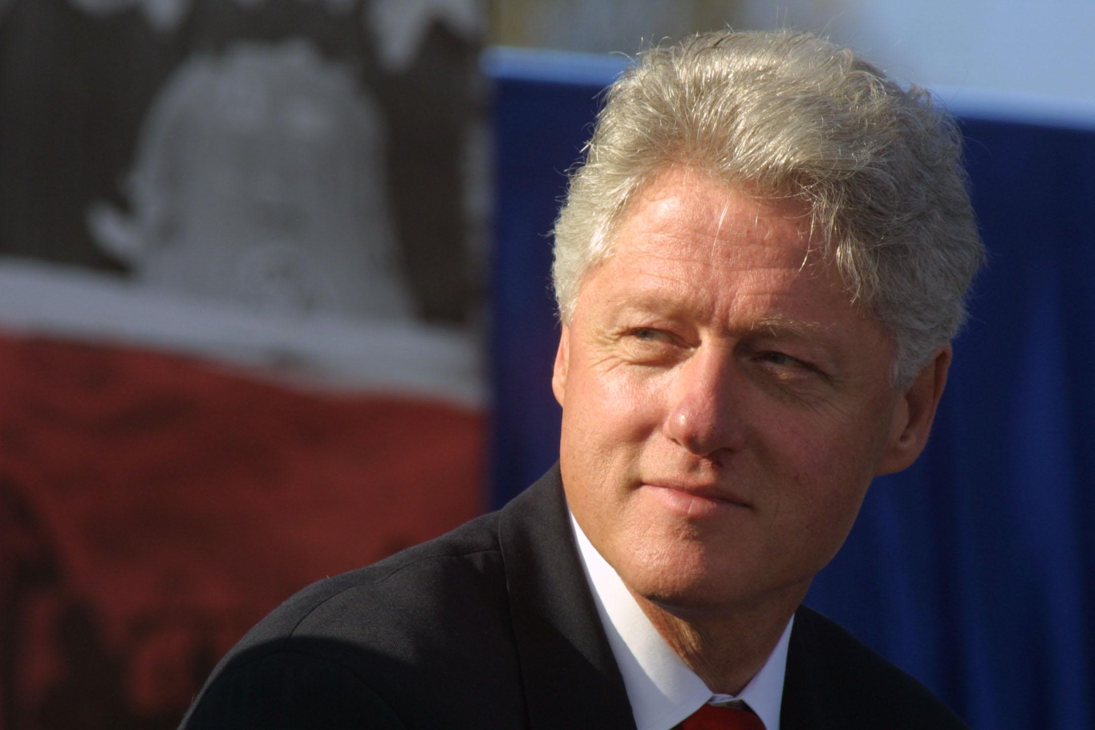<p><strong>Бил Клинтън </strong>-&nbsp;Бившият американски президент не познава баща си - той загива в катастрофа три месеца преди Бил Клинтън да се роди. След раждането му, майка му заминава да учи в колеж за медицински сестри и бабата и дядото на бъдещия президент го отглеждат. Няколко години по-късно майка му се връща, жени се повторно и Бил Клинтън взима фамилията на втория си баща.</p>