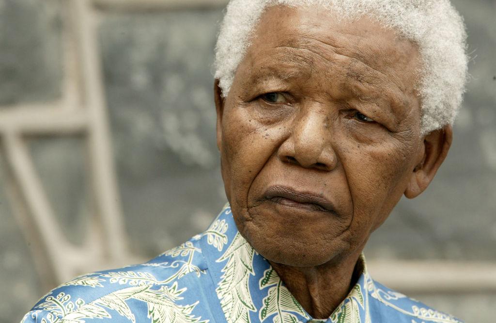 <p><strong>Нелсън Мандела</strong> -&nbsp;Бащата на политика е водач на селце и има четири съпруги. Мандела е син от третата му съпруга. След смъртта на баща си, Нелсън Мандела е осиновен. Тогава той е на 9 години.</p>