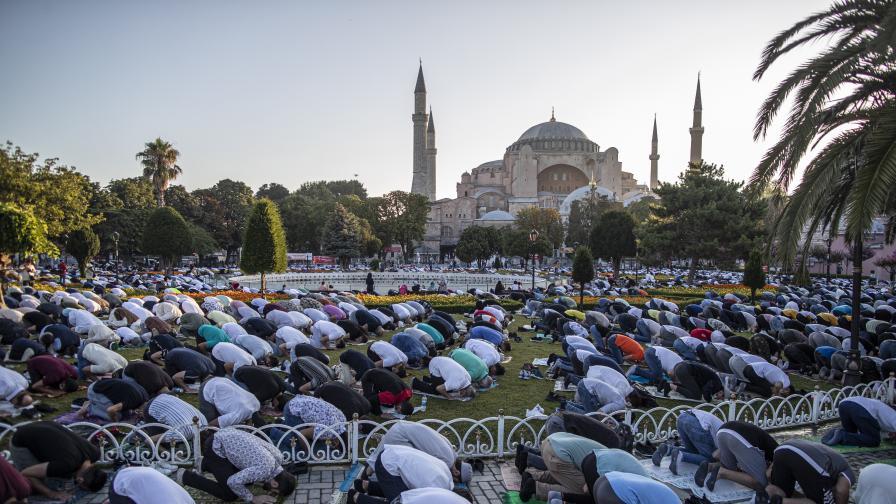 Mюсюлманите честват Курбан Байрам, молитвите са на открито