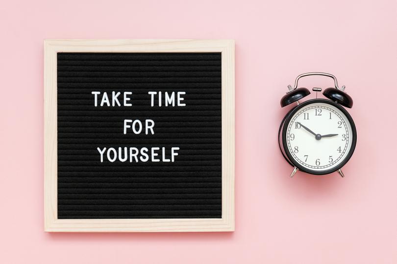 <p><strong>Постави си за цел да се грижиш за себе си </strong>- всеки ден си отделяй по няколко минути, за да си подредиш мислите и да очертаеш нещата, които искаш да постигнеш и направиш през деня. Помисли и как можеш да се погрижиш и за себе си през деня - като се отдадеш на любимо занимание или пък опиташ нещо ново. Може да ти помогне да си направиш списък със задачи, но и с приятни занимания за деня. Така всеки ден ще имаш нещо приятно, което да очакваш с нетърпение.</p>