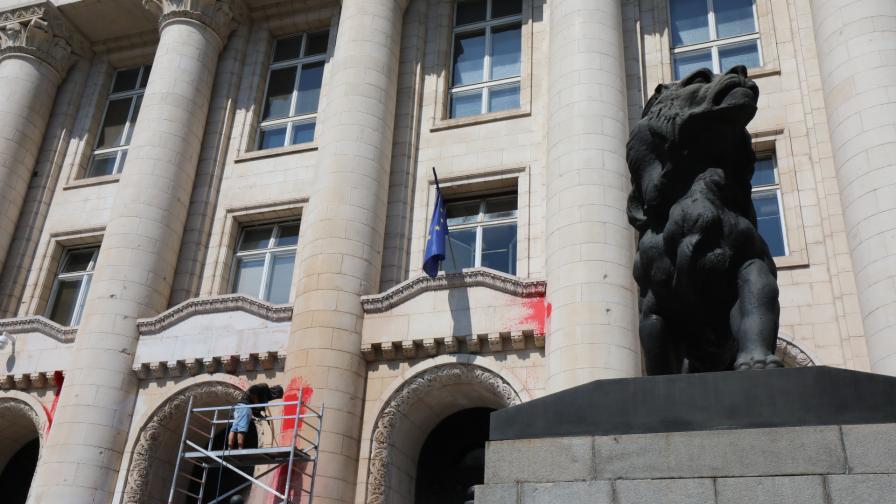 Почистват сградата на Съдебната палата