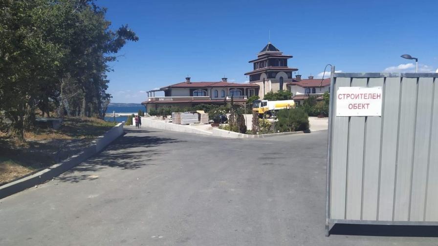<p>Махнаха оградите, плажът&nbsp;в парк &quot;Росенец&quot; е достъпен</p>