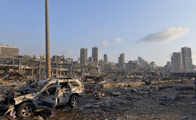 По чудо откриха оцелял, изхвърлен в морето от взрива в Бейрут
