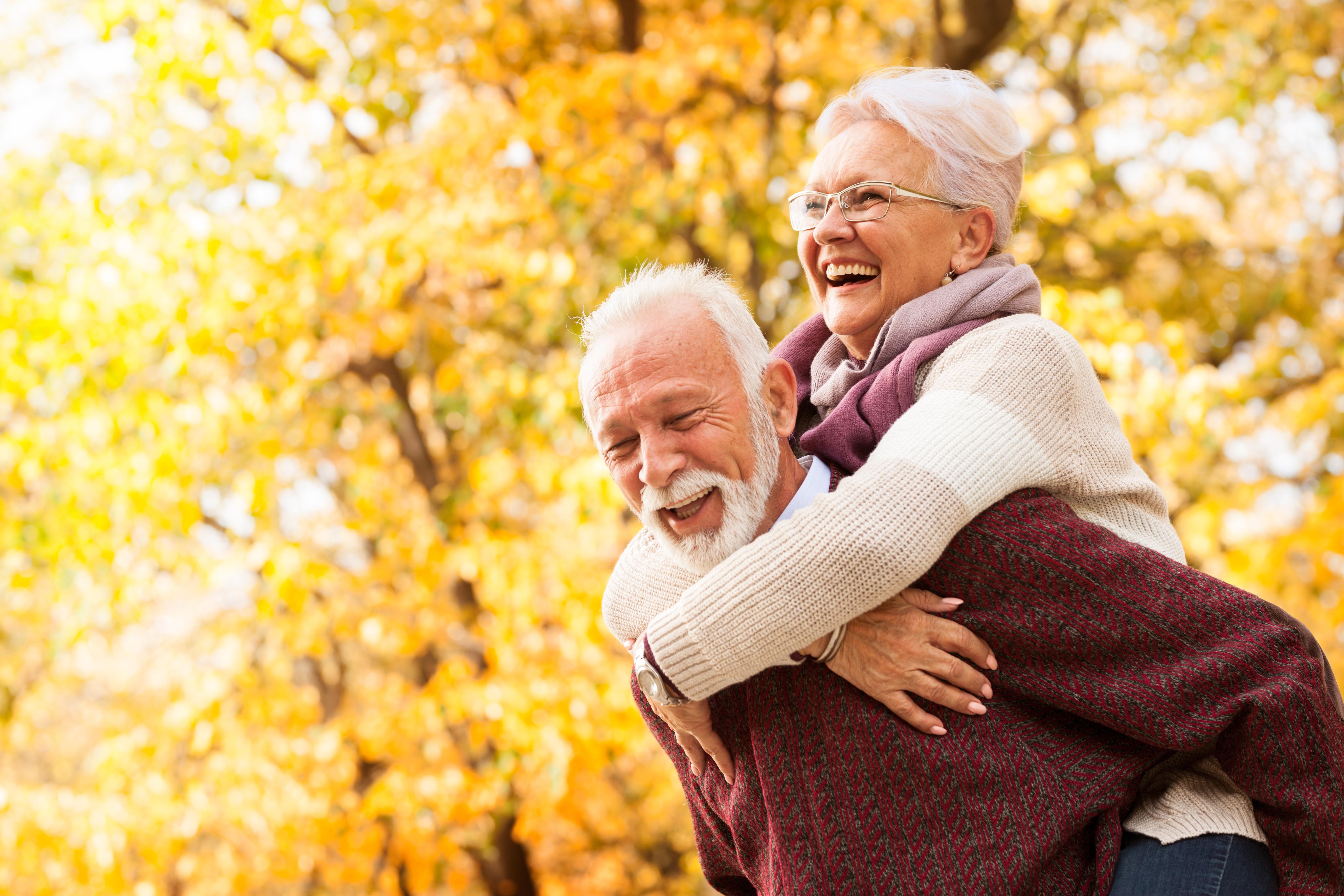 <p>В списъка с облаги от остаряването фигурират също осъзнаването, че животът не е само работа, носенето на дрехи за удобство, а не заради модни тенденции, липсата на натиск да се вършат нежелани неща, липсата на стрес и необходимост от съобразяване с чуждото мнение, възможността за изпробване на нови неща и повече пътувания, наличието на повече време за срещи с близки и приятели, разходките.</p>