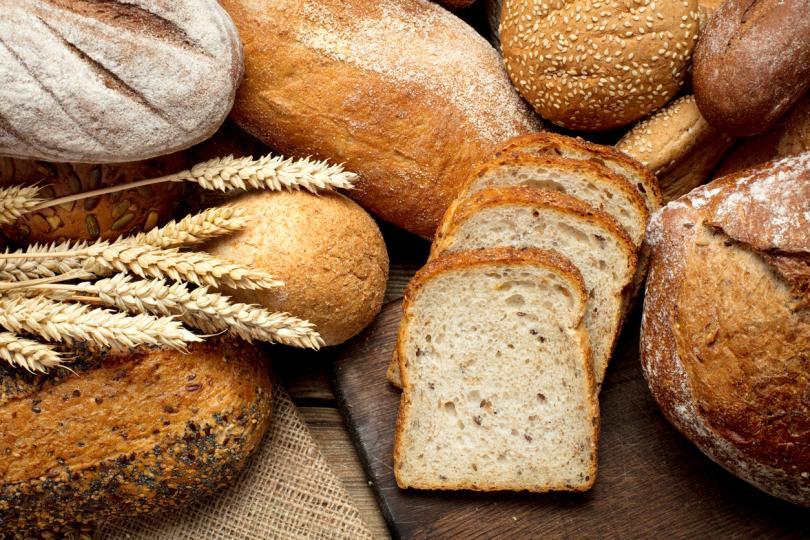 <p><strong>Хляб</strong> -Не е изненада, че пълнозърнестите опции са по-здравословни пред белия хляб, но дори и там трябва да се подхожда с внимание, тъй като често горчивият вкус се прикрива с добавена захар, която може да достигне до 3 г на филия. Друг подсладител, който често се използва, е сукралозата, която е широко приложима в хранителните добавки. Някои проучвания я посочват като изключително вредна, защото не може да се абсорбира от тялото, а други като безвредна в определени количества.</p>