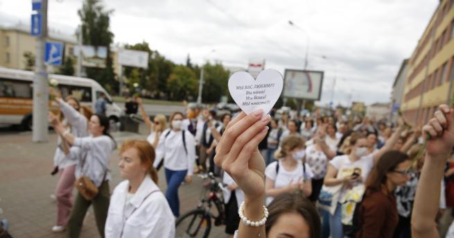 Свят Арестуваха хиляди протестиращи в Беларус, жените с акция срещу