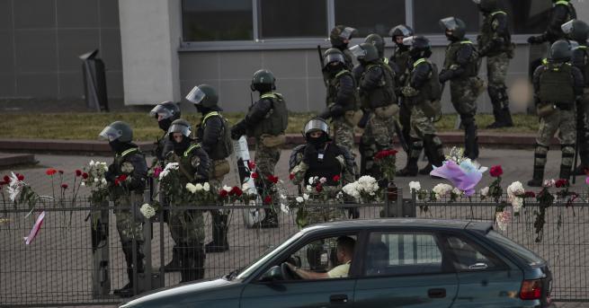 Свят Полицията в Минск стреля по хора, излезли на балконите