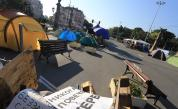 Палатковите лагери в София остават