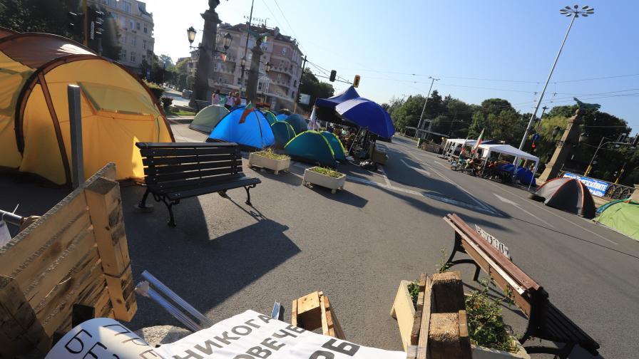 """Полицията премахна палатките на """"Орлов мост"""" и пред Ректората"""