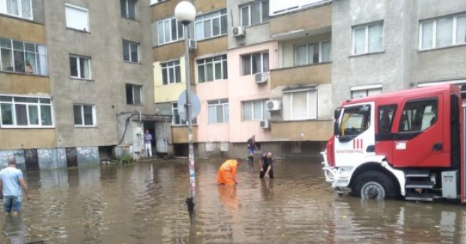 ороен дъжд, изсипващ се вече надчас, наводни улиците в Благоевград,