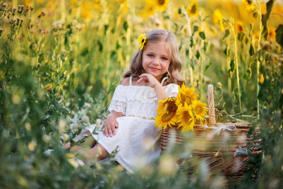 момиче дете цветя слънчоглед слънчогледи лято