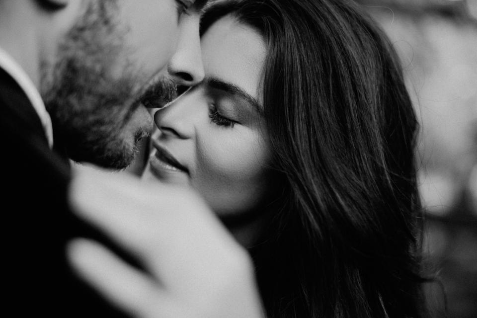 двойка любов връзка мъж жена танц прегръдка