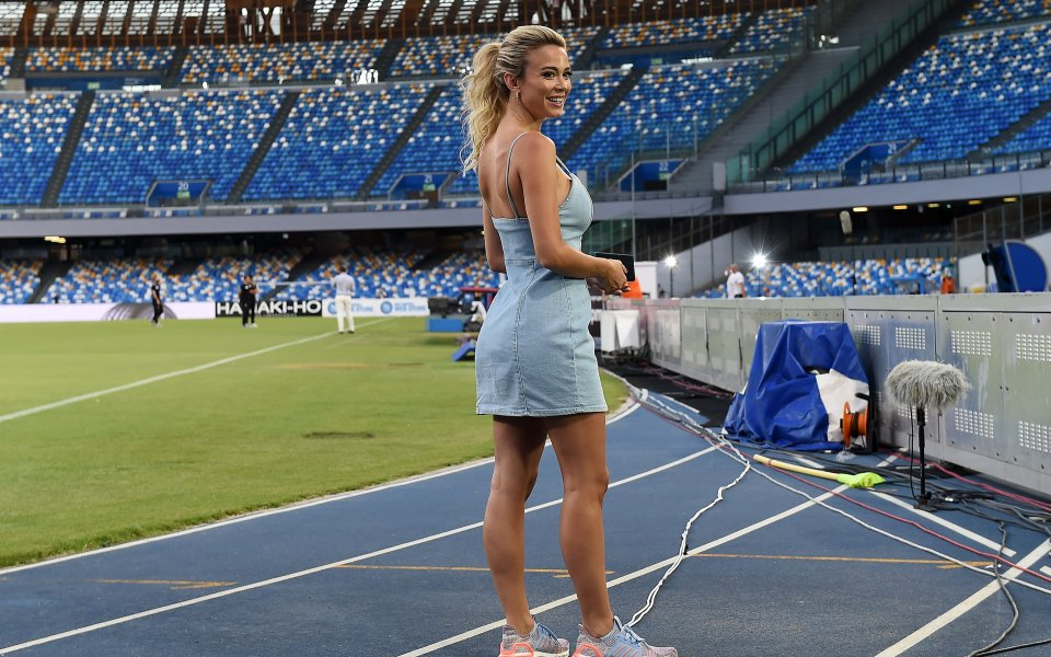 Гореща блондинка пръска сексапил по футболните стадиони
