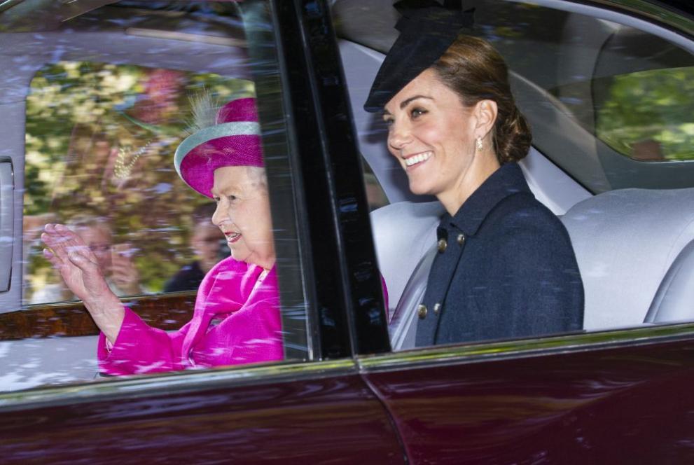 <p><strong>3. Време за тиара</strong></p>  <p>Жените от кралското семейство трябва да се появяват с шапка на главата на всички официални събития. Независимо от факта, че по-голямата част от света се подиграва с често нелепите шапки на дамите със синя кръв, те просто нямат избор - етикетът е етикет. Ако събитието е с начален час след 18:00 ч. е прието да се носят тиари вместо шапки. Но това не за всеки - удоволствието от носенето на изящна диадема на главата е достъпно само за омъжени дами.</p>