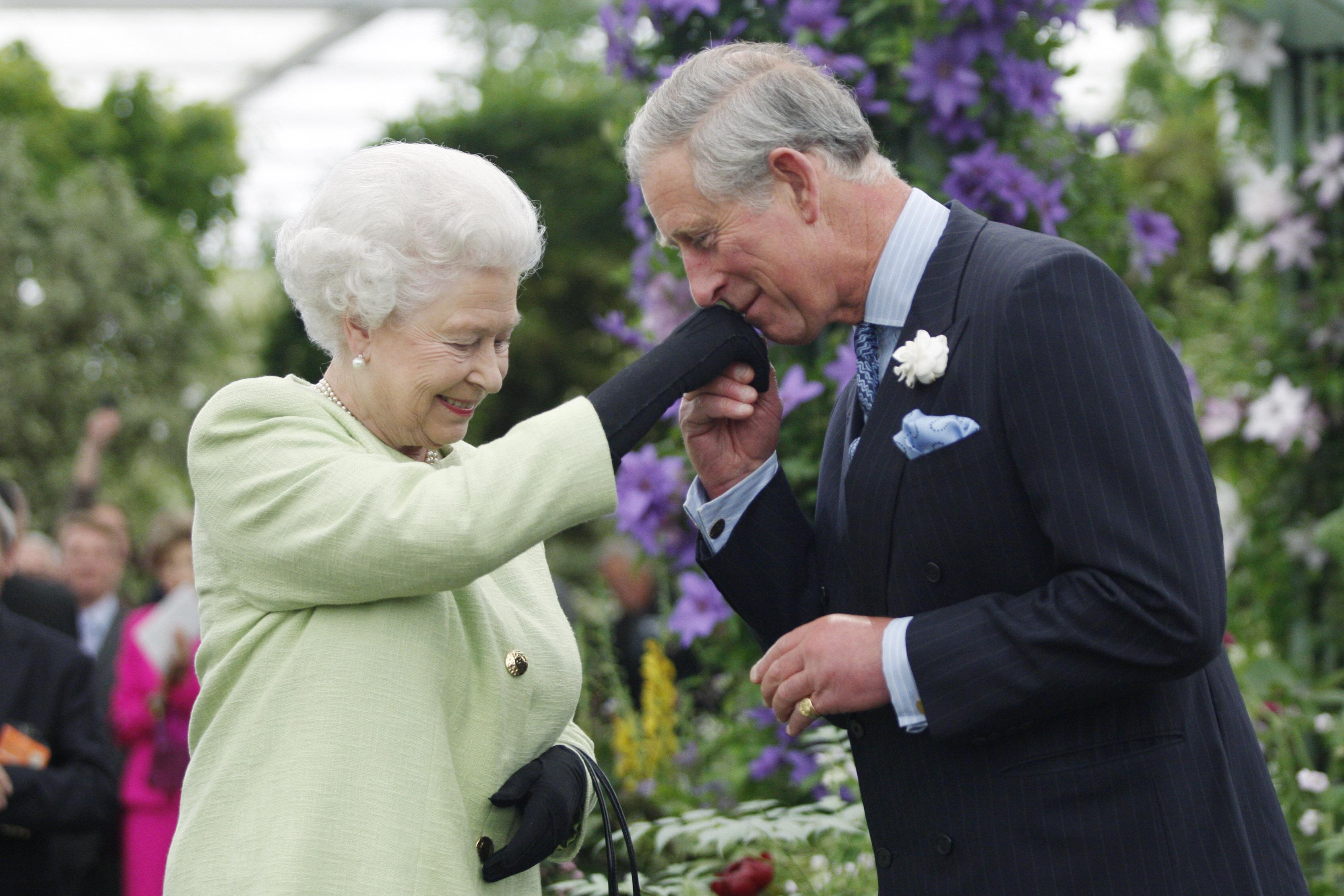 <p><strong>10. Pредпазливoст в избора на аксесоари</strong></p>  <p>Жените от кралското семейство трябва да бъдат предпазливи в избора на аксесоари - поне едната ръка трябва да е свободна. Следователно, предпочитание се дава на чанти носени на рамо, така че да е удобно да се ръкувате и да махате на поданиците.</p>