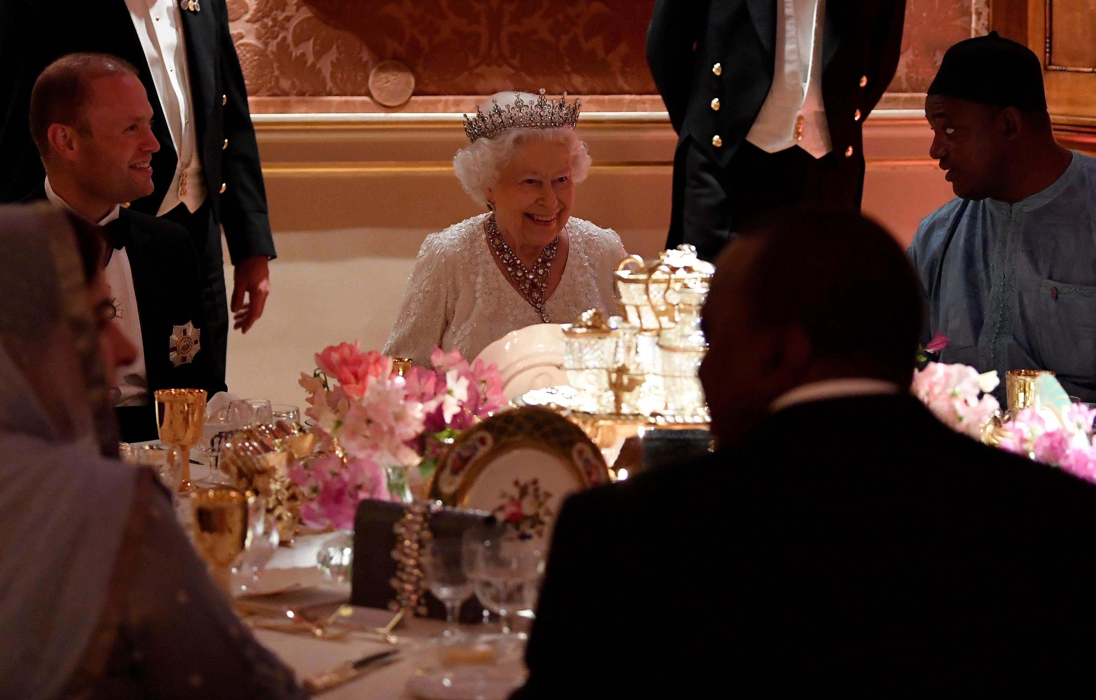 <p><strong>6. Малко беседа на изкуството</strong></p>  <p>По време на вечеря, дори последователността, с която кралицата общува с гостите, се подчинява на регламенти. И така, първо тя трябва да разговаря с човека, който седи вдясно от нея и едва след като поднесат второто блюдо, шансът да побъбри с Нейно величество се предоставя на седящия вляво.</p>