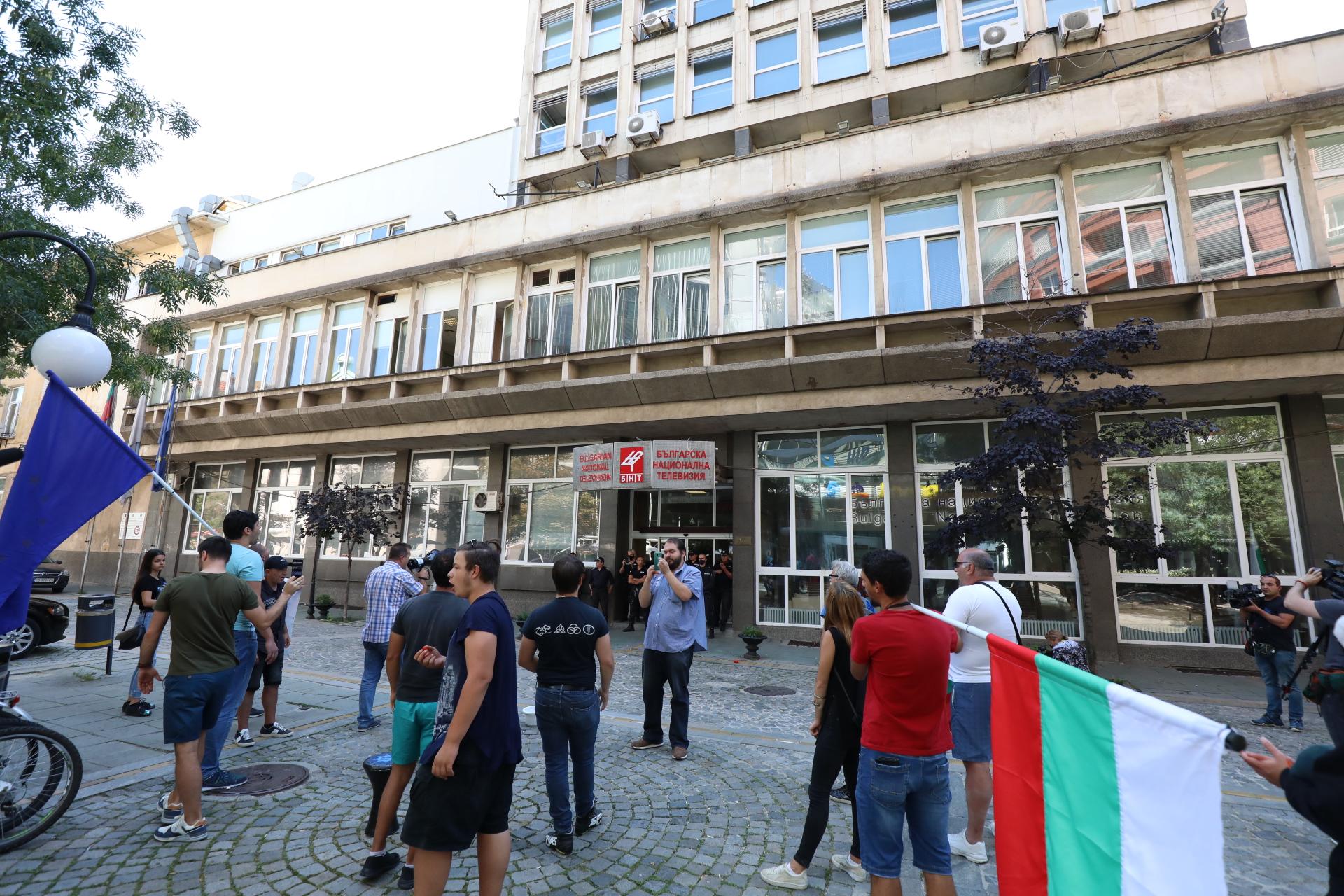 """Протестиращи, начело с гражданско движение """"БОЕЦ"""" и Георги Георгиев блокираха тази сутрин сградата на Българската национална телевизия. Акцията е четвърта от поредицата """"блокада-изненада""""."""
