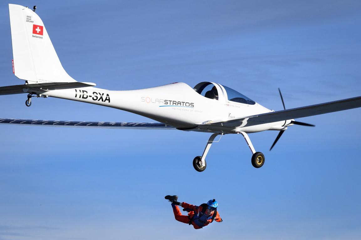 <p>Първият скок с парашут в света от самолет със слънчева енергия бе направен от Рафаел Домжан от соларен самолет SolarStratos с пилот Мигел Итурменди</p>