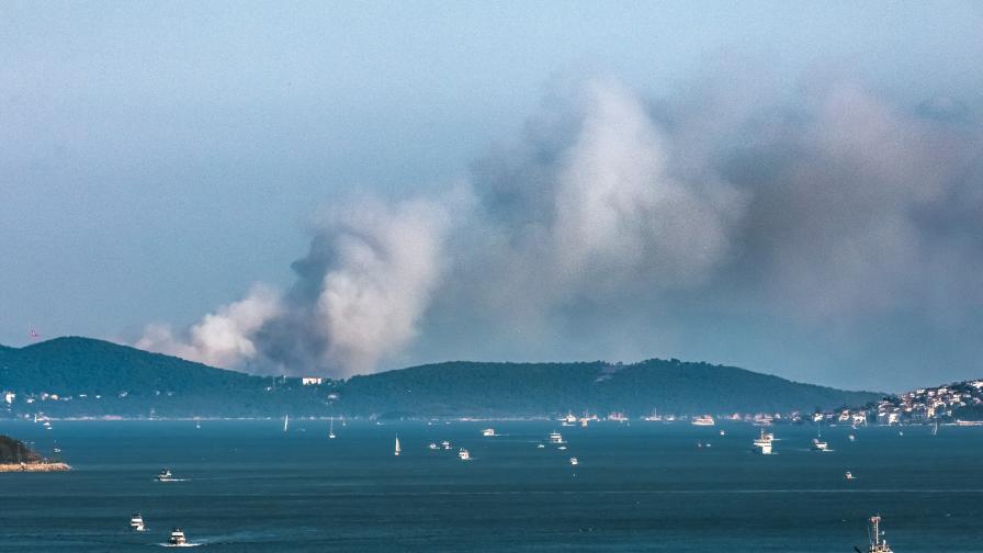 Яхта с туристи се запали и потъна в Средиземно море