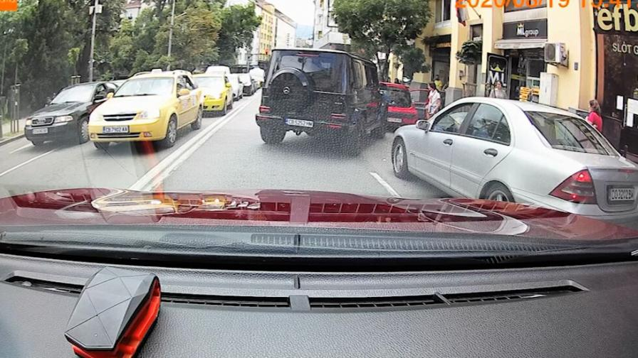 Оставиха в ареста шофьора на G класата, блокирал булевард и блъснал кола в София
